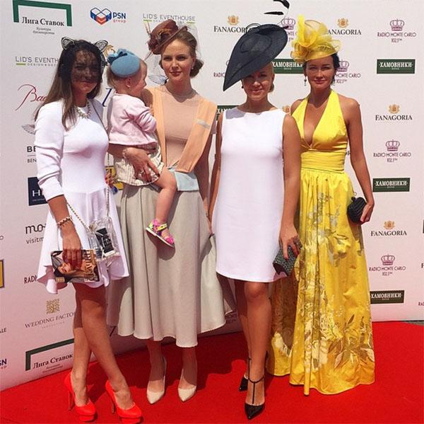 Екатерина Одинцова (вторая справа) с подругами