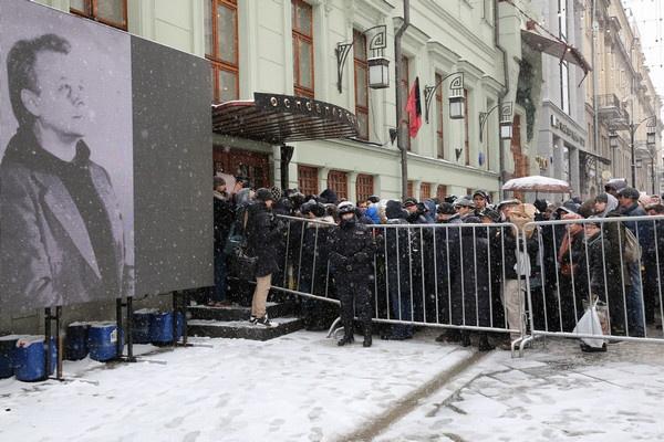 После церемонии прощания траурная процессия отправилась на Новодевичье кладбище