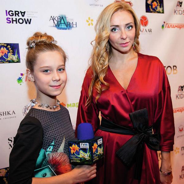 Девочка ведет программу «Мирглазами ребенка», берет интервью у звезд. На фото– с фигуристкой Татьяной Навкой, декабрь 2017 года
