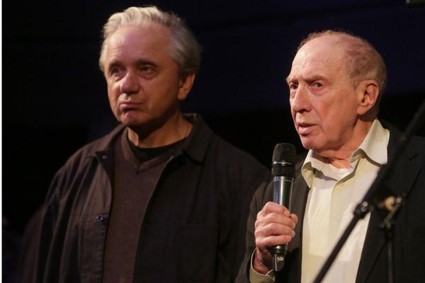 Евгений Стеблов и Сергей Юрский на церемонии прощания с Александром Леньковым