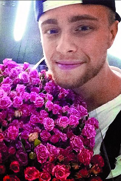 KReeD выложил в Инстаграм фото из лифта Нюши и подписал: «Ох Егор-Егор...спать нужно ночами, а не...#ДамскийУгодникВделе»