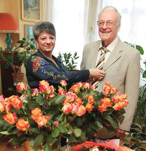 50-летняя Татьяна Александровна ухаживает за 84-летним Игорем Кирилловым: готовит, убирается в его большой квартире на Смоленской набережной, ходит за продуктами
