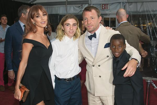 Рокко с отцом Гаем Ричи, его женой Джеки и братом Дэвидом Бандой, приемным сыном Мадонны, на премьере фильма. Август 2015 года