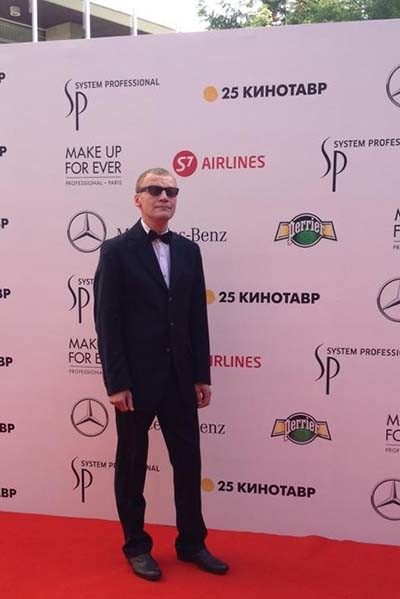 Алексей Серебряков даже вечером не расстается с темными очками