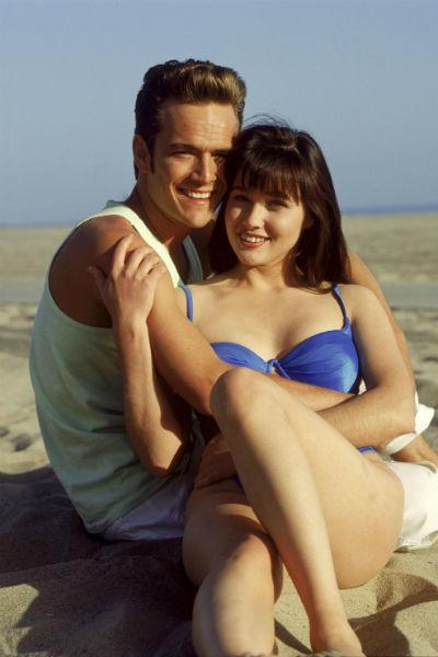 В сериале у героя Перри был роман с Брендой Уолш, сыгранной Шеннен Доэрти