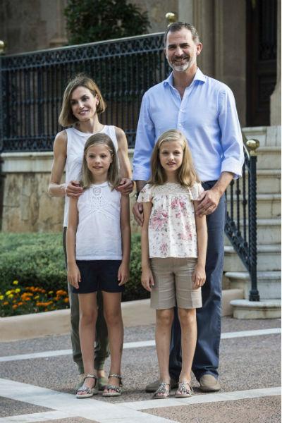 Король Филипп VI с женой и детьми