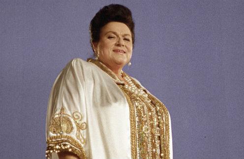 Белое атласное платье, расшитое золотом, артистка надевала чуть ли не на каждый концерт