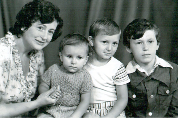 Старший брат Сергей погиб в 1987 году. На фото: мама Жанна, Ани, Игорь и Сергей