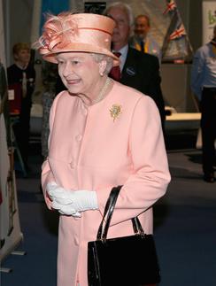 Елизавета II порой с трудом терпит приступы боли
