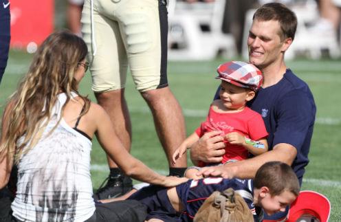 Том был очень рад приходу Бенджамина и Джона