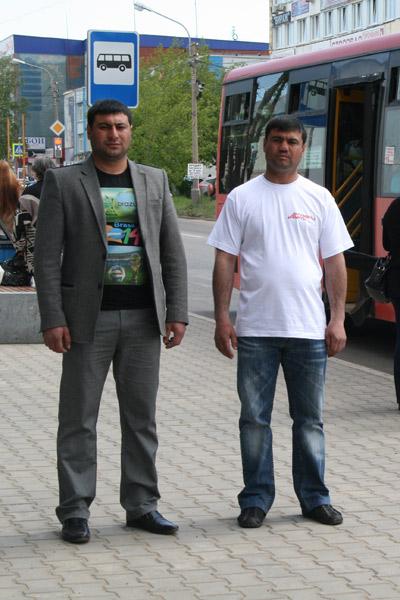 Братья Сабухи (справа) и Туралу переехали в Красноярск  из Азербайджана 15 лет назад, они работают на радиорынке