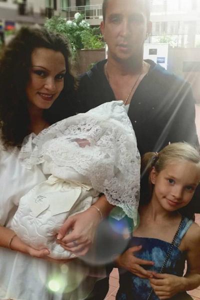 Певец с гражданской женой Натальей, старшей дочерью Софией и маленькой Агатой