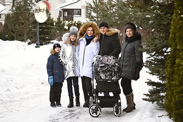 Анастасия и Александр с детьми Мишей, Лизой, Никой, а также мамой ведущей Валентиной Ивановной