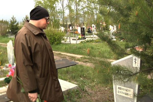 На кладбище шел дождик, и Шура не вытирал слезы