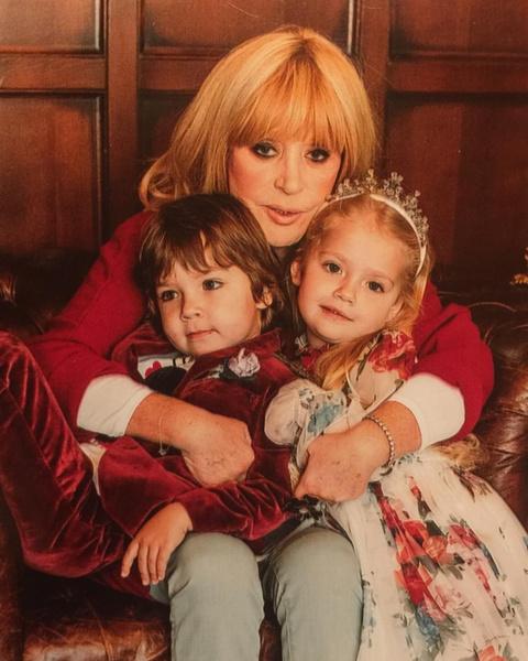 Алла Борисовна с младшими наследниками