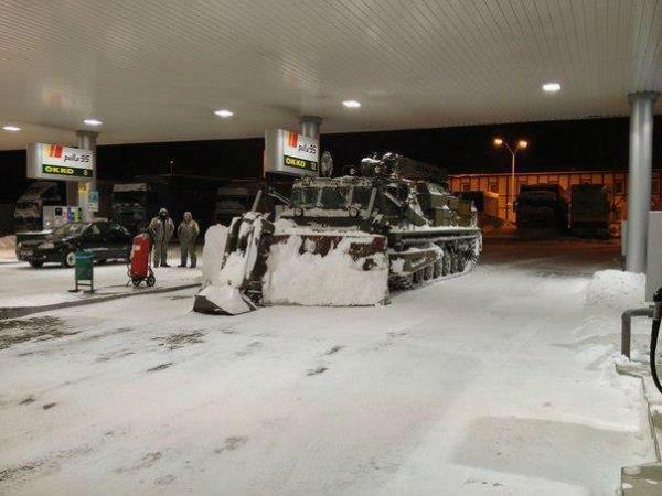 Военную технику подключили к расчистке снега