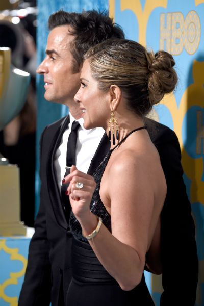 Пучок, с которым Энистон появилась на красной дорожке, по мнению стилиста актрисы, проще уложить с немытыми волосами