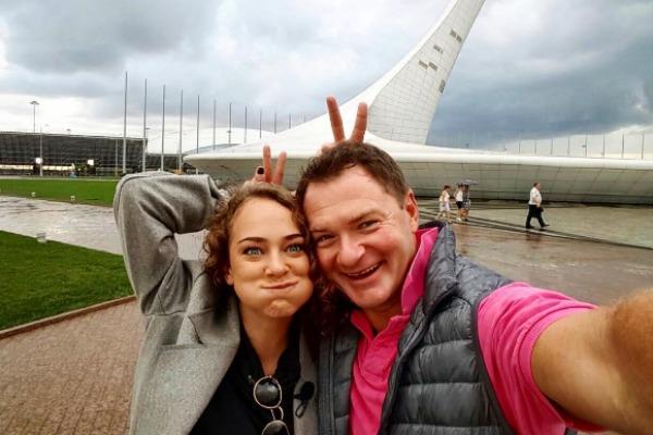 Аглая Тарасова привыкает к конькам в компании Алексея Тихонова