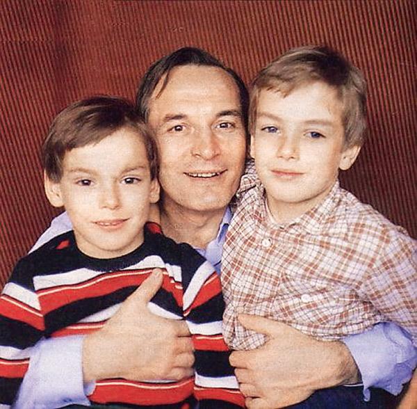 По словам друзей семьи, оба сына Ланового, Сергей (слева) и Александр, всегда были очень привязаны к отцу. 1980-е годы
