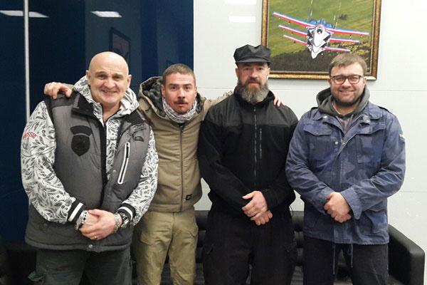"""Алексей Огурцов (слева) вот уже десять лет ездит по """"горячим точкам"""" и приглашает с собой звездных друзей"""