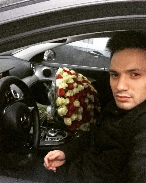 Денис Высоцкий удивил возлюбленную роскошным букетом цветов