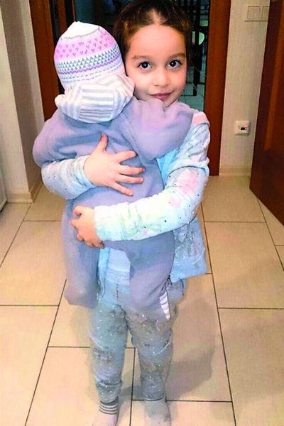 Маруся – настоящая мамина помощница. Старшая сестренка приносит для Теоны бутылочки, нежно ее убаюкивает, гладит