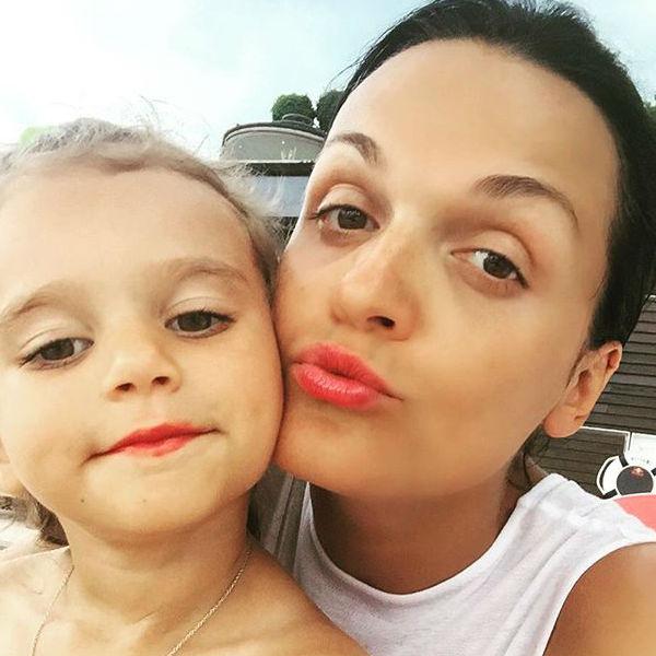Младшая дочь звезды красит губы не только себе, но и маме