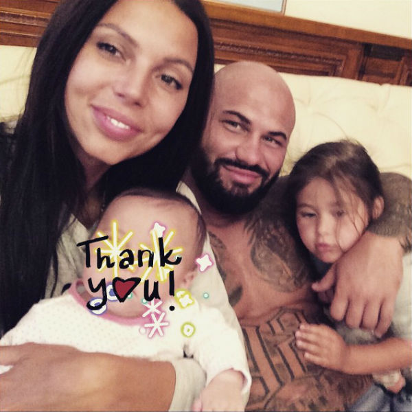 Все семейные снимки Джигана раньше сопровождались стикерами на лице младшей дочери рэпера