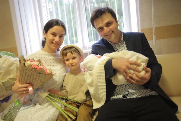 Зураб Матуа с женой, сыном и новорожденной дочерью