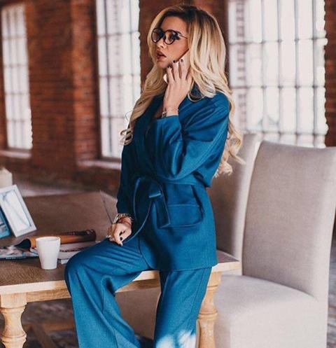 Ксения Бородина выбрала комплект с широкими штанами