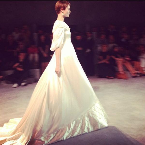 Показ закрывала модель в платье невесты