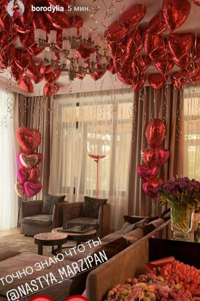 Комната Бородиной была украшена красными шарами