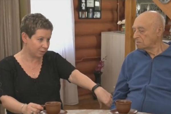 Елена Этуш показывает свой фитнес-браслет