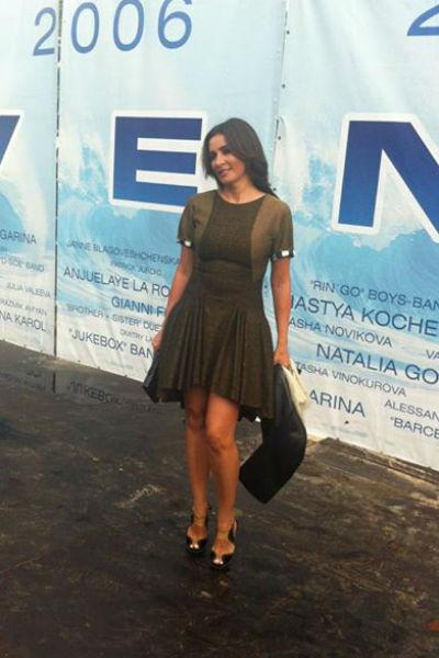 Ольга Крутая приехала к залу «Дзинтари» за пять минут до начала открытия фестиваля «Новая волна»