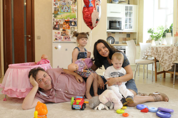 Актер помогал супруге в период, когда дети были совсем маленькими