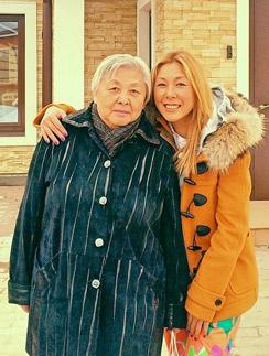 Анита Цой с мамой Элоизой Санхымовной