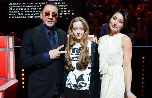 Инга (справа) и Ева пришли поболеть за команду отца на «Голосе»
