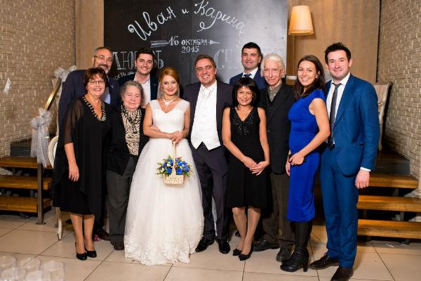 Новоиспеченные супруги с гостями торжества