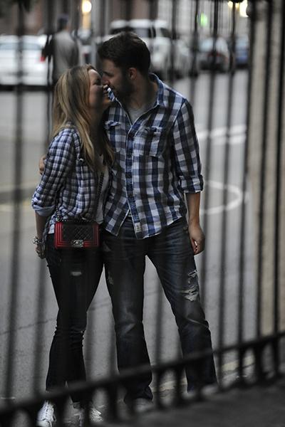 ...целовались, как школьники, не обращая внимания на прохожих