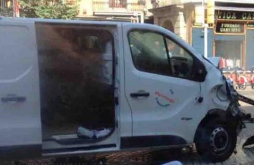 Фургон, наехавший на толпу людей в Барселоне