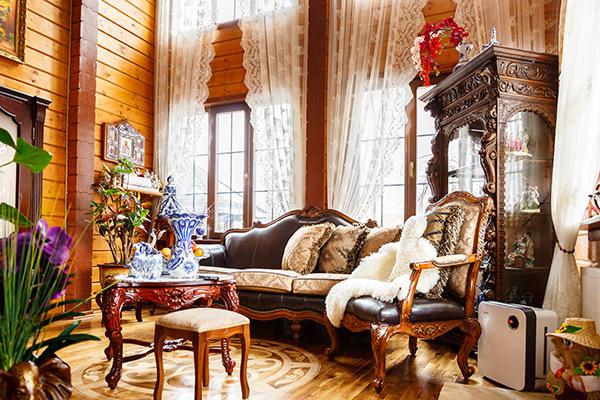 Кое-что из мебели отец  Димы с помощью друзей-  антикваров нашел за   границей