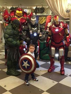 Артем Пынзарь в окружении супергероев