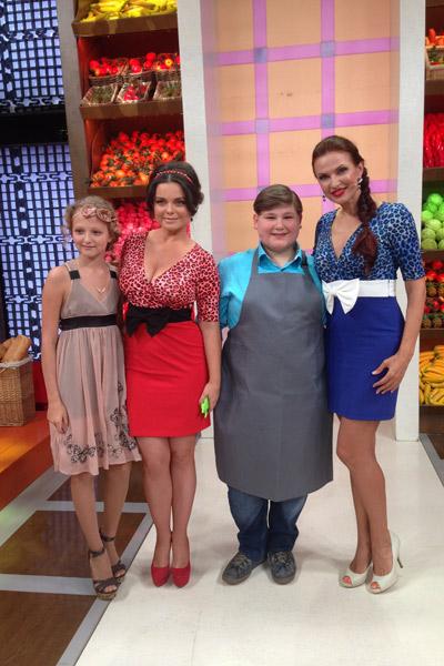 Ведущие Наташа Королева и Эвелина Бледанс с героями программы - Полиной и Ираклием