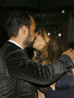Страстный поцелуй Евгения Лебедева и Элизабет Херли