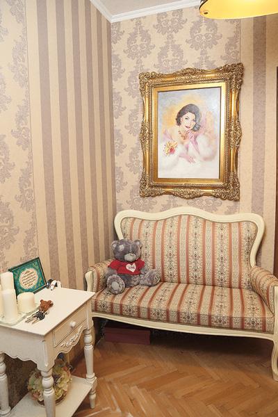 Небольшой диван ручной работы – часть приданого Ксении