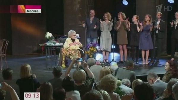 Галина Волчек принимает поздравления от коллег