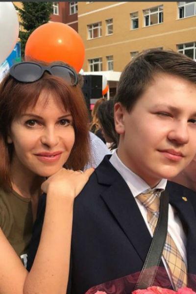 Певица проводила сына в школу