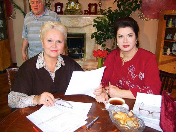 Актриса Людмила Гаврилова (слева) в роли помощницы Зыкиной Татьяны и Вера Сотникова в гриме во время съемок сериала «Людмила»