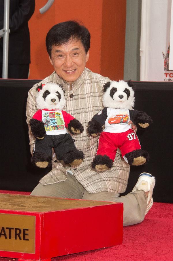 Чан повсюду возит с собой этих панд