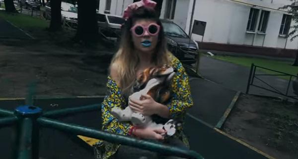 Абдулла носит с собой собаку, которая должна ей приносить удачу